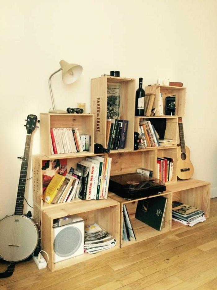 weinkisten-holz-Regale-Bücher-Leselampe-Musikinstrumente