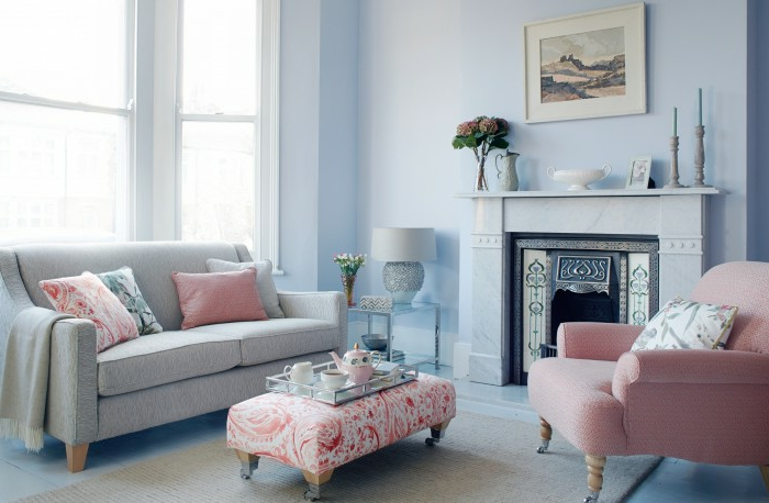 wohnzimmer-gestalten-in-warmes-blau-und-arabesk