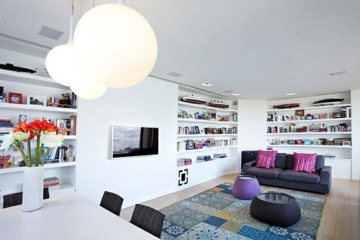 wohnzimmer-gestalten-wohnideen-patchwork-teppich-wandregale-weiß-resized