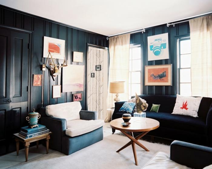 wohnzimmer-in-schwarz-viele-bilder-an-der-wand