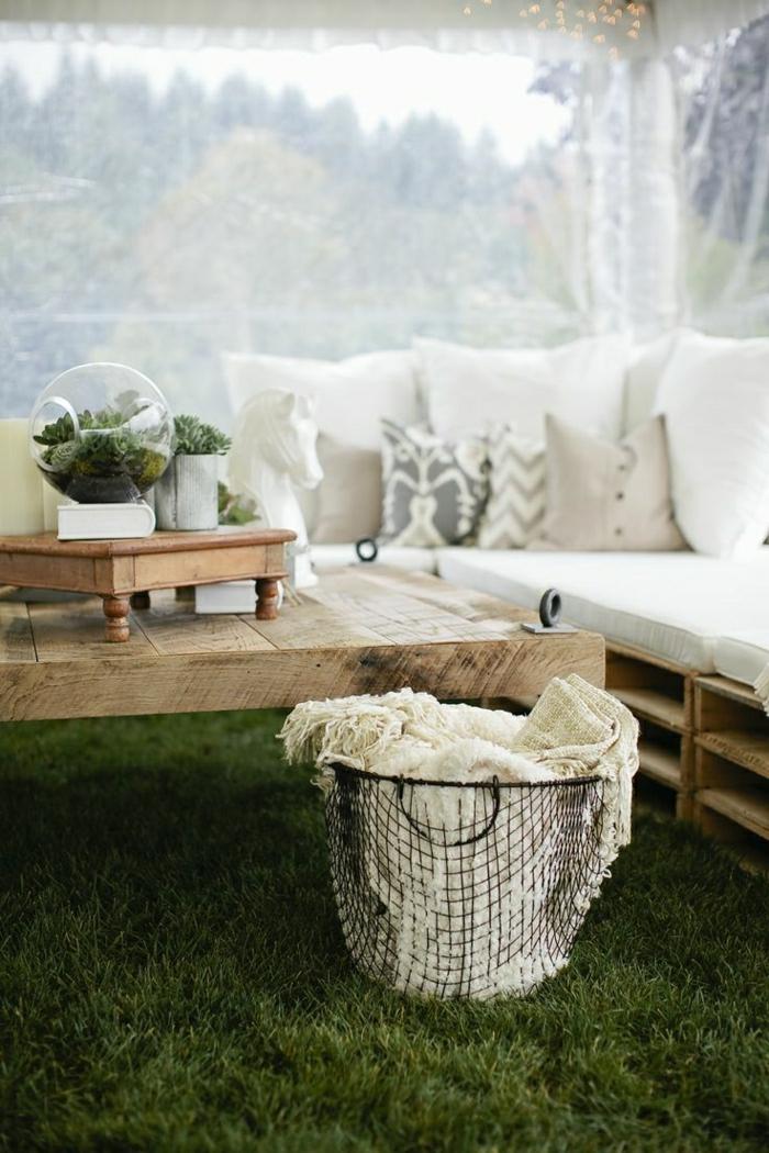 wunderschöne-Garten-Gestaltung-Gras-Sofa-aus-Paletten-Couchtisch-Eimer-Schlafdecke-rustikal-elegant
