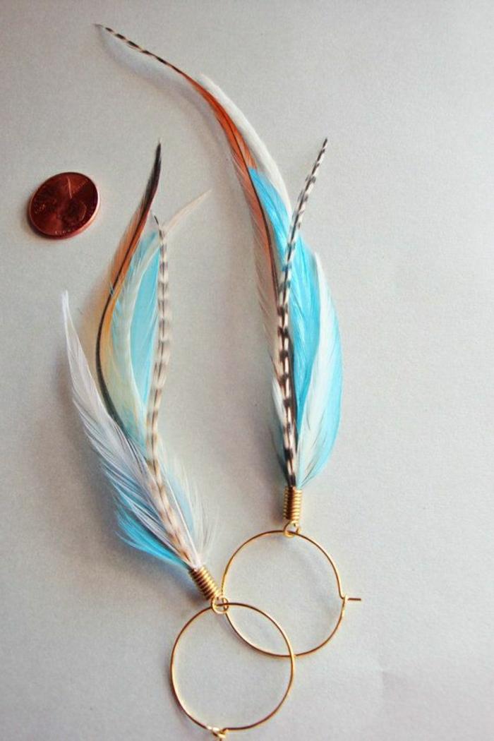 wunderschönes-Modell-Ohrringe-Federn-blau-braun-weiß-goldene-Ringe