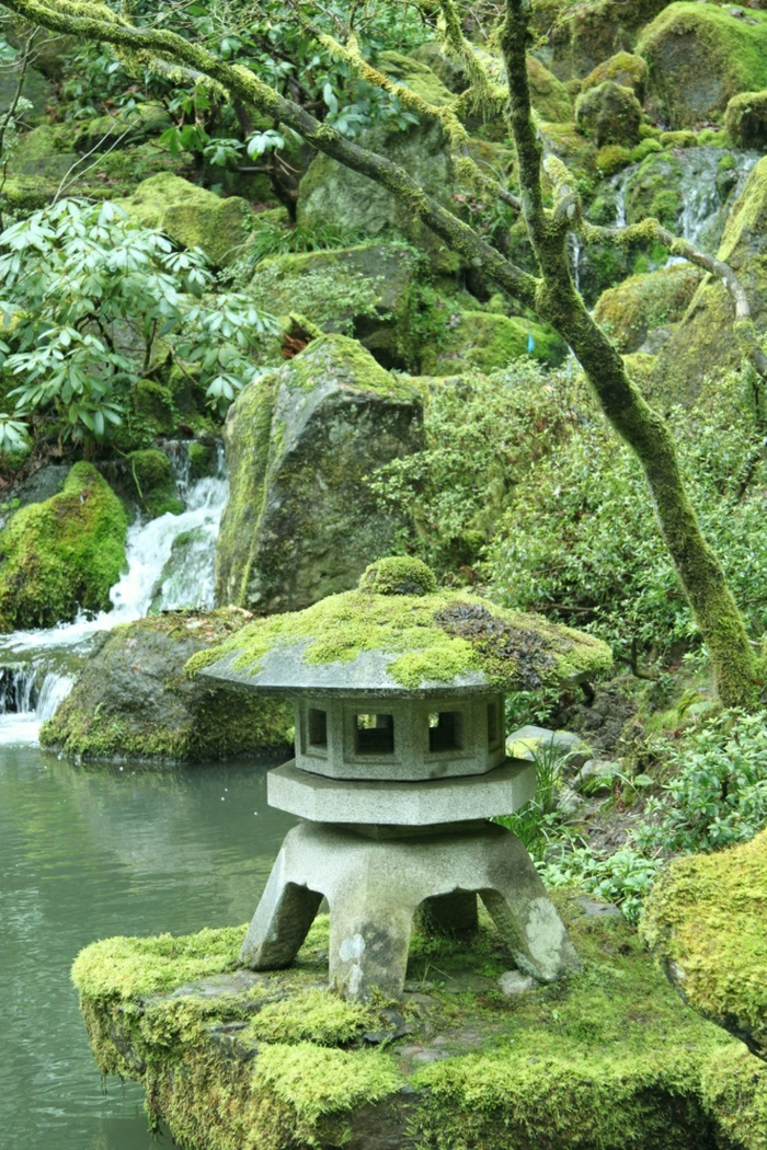 zen-garten-japan-Steine-Moos-Steinlaterne