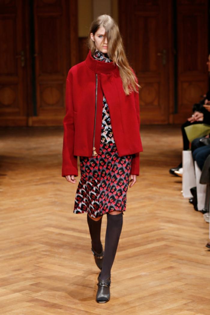 ein modell 70er Mode - roter mantel