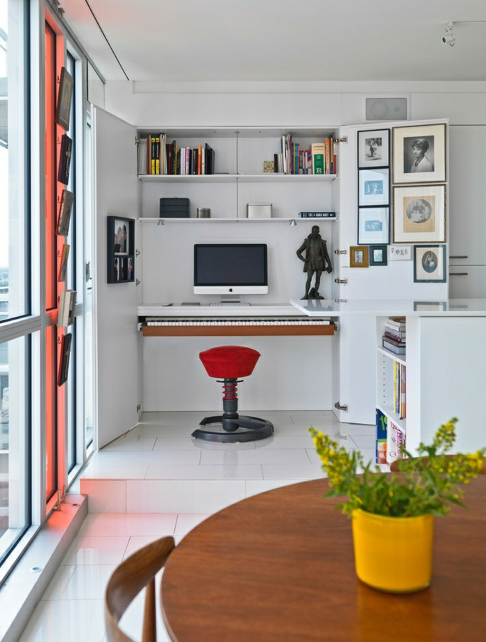Arbeitsecke-weiß-Schreibtisch-elektronisches-Klavier-roter-Stuhl-kreatives-Design-Mac-Statue-Bücherregale