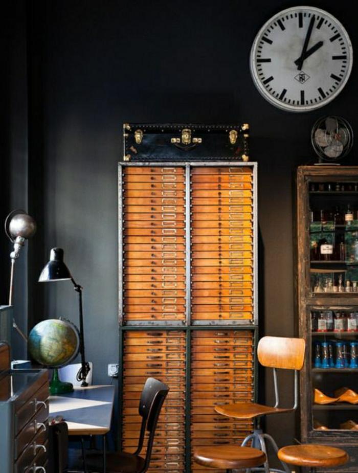 Arbeitszimmer-Schrank-Koffer-Schreibtisch-Leselampe-Globus-Schubladen-Regale-Ventilator-alte-Wanduhr
