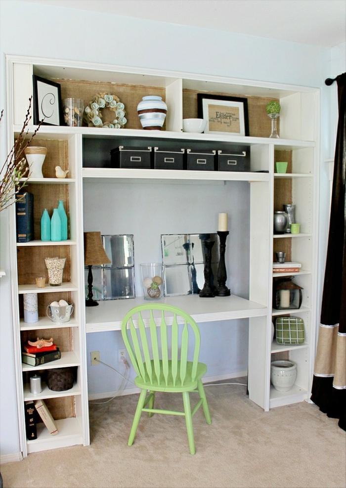 Arbeitszimmer-Schreibtisch-grüner-Stuhl-Regale-Vasen-Spiegel-beige-Teppich