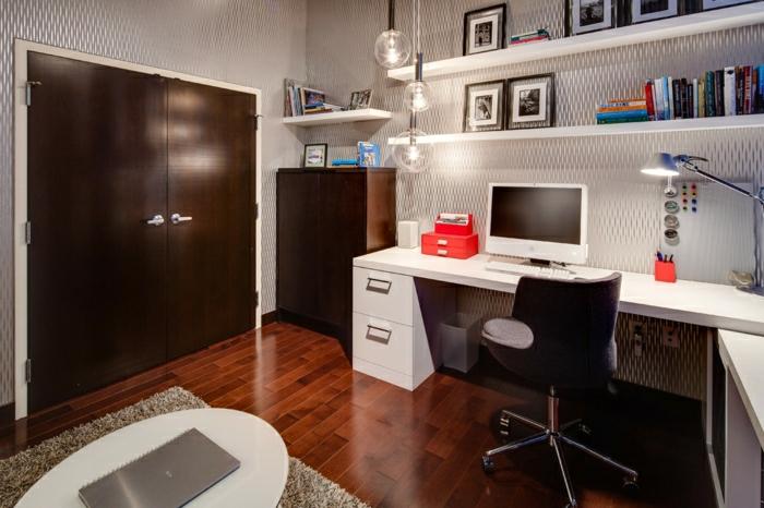 Arbeitszimmer-aristokratisches-Interieur-Holz-weiße-Möbel-Stuhl-Rollen-Schreibtisch-Regale-Bücher-Fotos-hängende-Leuchten