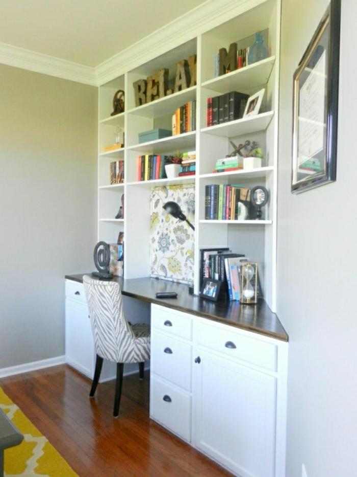 Arbeitszimmer-büromöbel-schreibtisch-weiß-Regale-Bücher-Leselampe-Sessel-interessantes-Muster