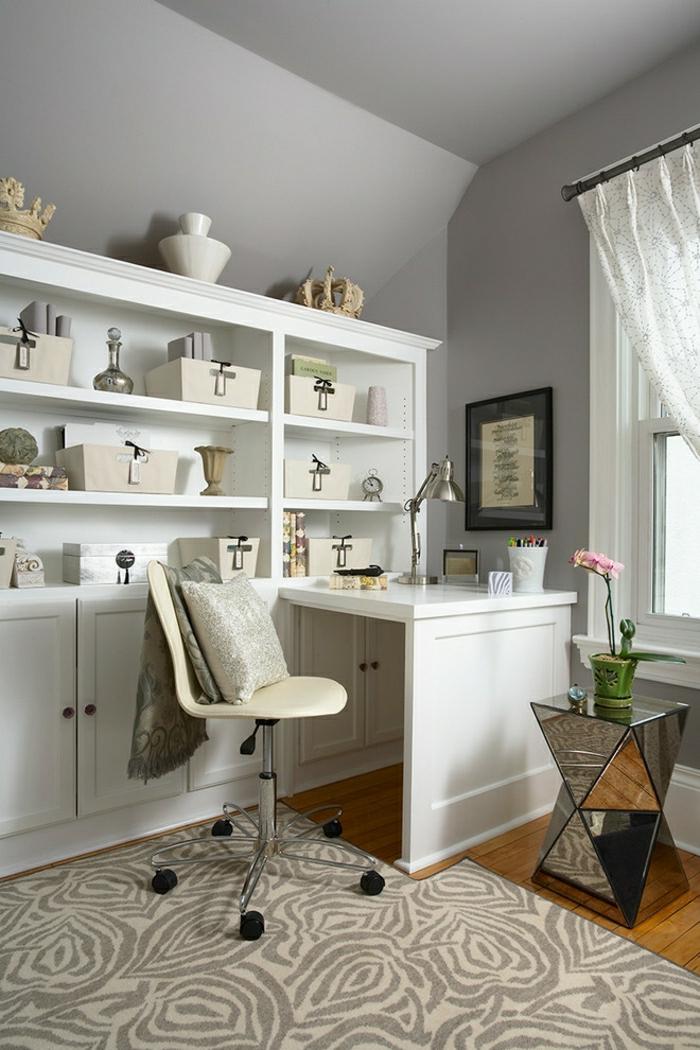 Arbeitszimmer-elegantes-Interieur-weißer-Schreibtisch-Regale-Orchidee-Stuhl-Rollen