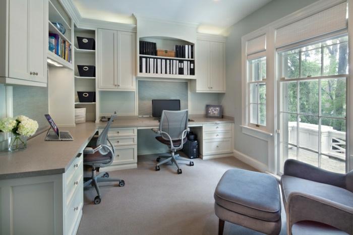 Arbeitszimmer-graue-Einrichtung-Bürostühle-Schreibtische-Regale-Schränke-eleganter-Sessel-Hocker-Terasse