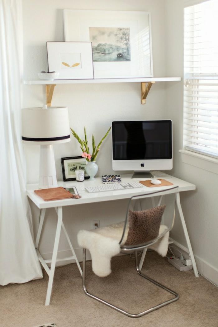 Arbeitszimmer-weiße-Gestaltung-Mac-Schreibtisch-mit-Regal-Bilder-Blumen-Pelz