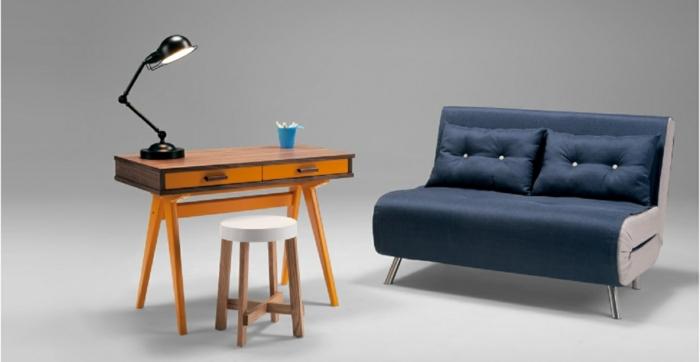 Büro-Arbeitszimmer-dunkelblaues-kleines-Sofa-Schlaffunktion-Polster-Kissen-Knöpfe-hölzerner-Schreibtisch-Leselampe-Hocker