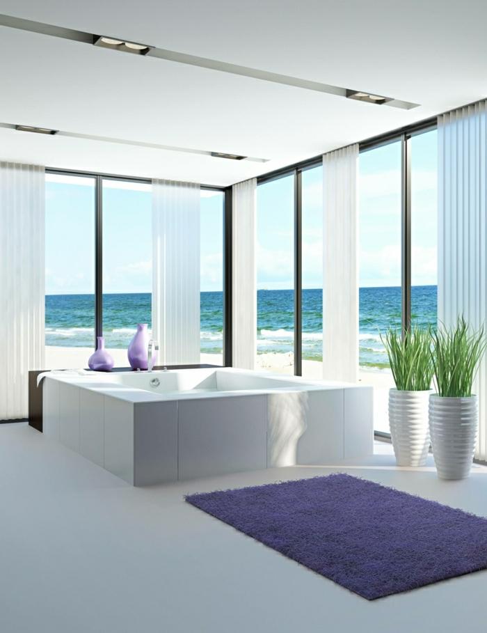 Badewanne-mit-großen-Fenstern-und-Teppich-für-Badewanne-violett