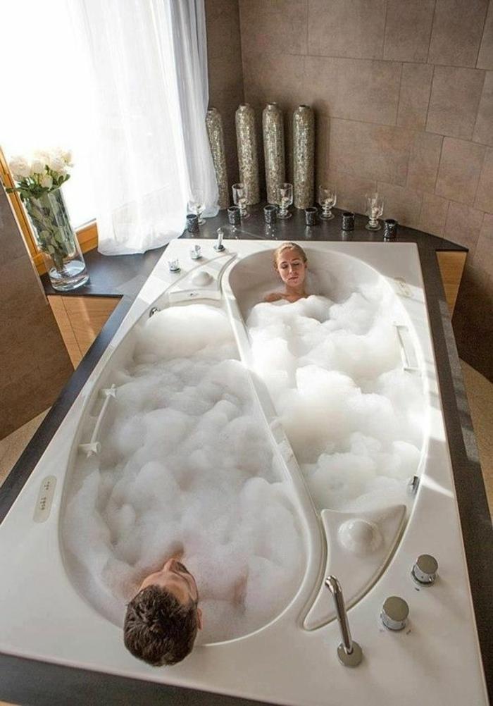 Badezimmer-romantische-Atmosphäre-Bad-Yin-Yang-Form-Kerzen-Dekoration-weiße-Rosen
