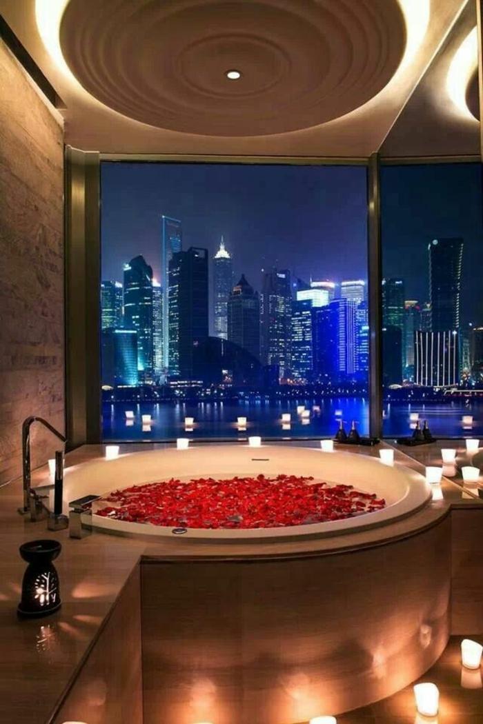 Badezimmer-romantische-Atmosphäre-Badewann-Rosenblätter-Kerzen-Spa-Relax