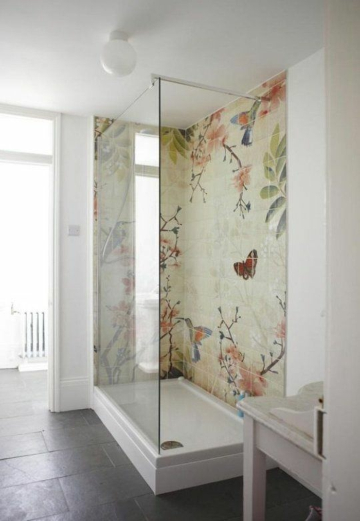 Badezimmer-schöne-Duschkabine-bunte-Fliesen-Designer-Gestaltung