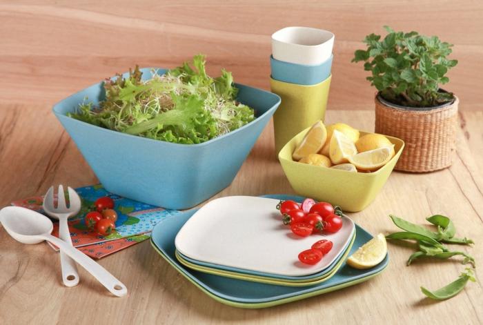 Bambus-Geschirr-Schalen-Teller-Salat-Tomaten-Zitronen-gesundes-Essen