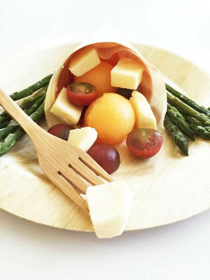 Bambus-Teller-Gabel-Früchte-Gemüse-Käse