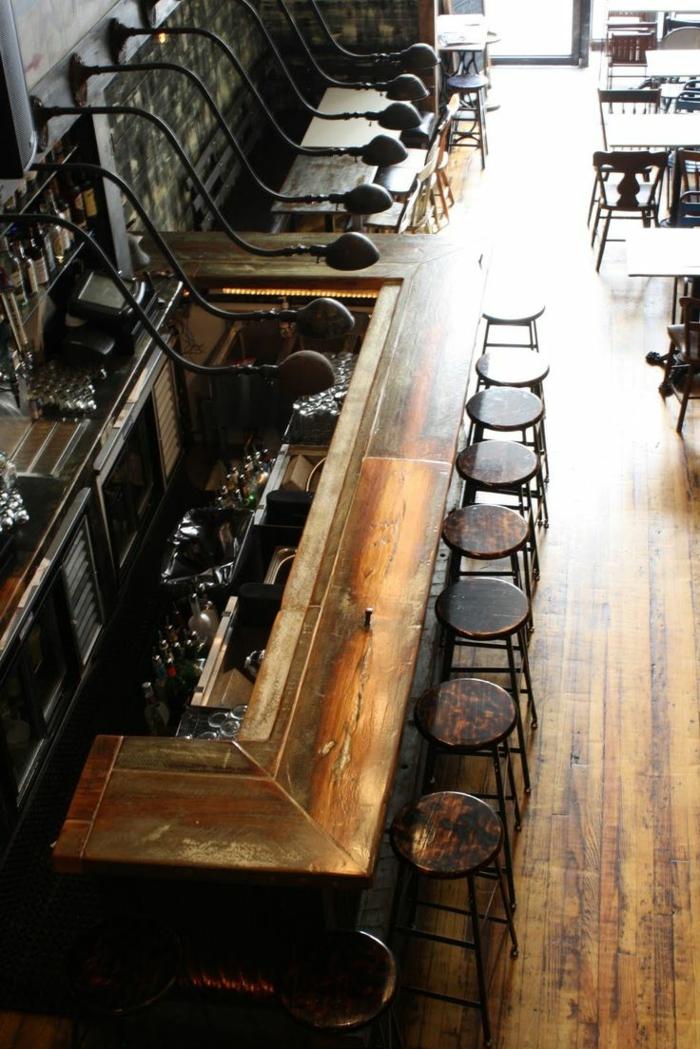Bar-industrielles-Interieur-Leuchten-Hocker-Holz