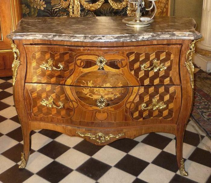 Barock-möbel-hölzerne-Kommode-goldene-Ornamente-königliches-Design-schachbrettartiger-Boden