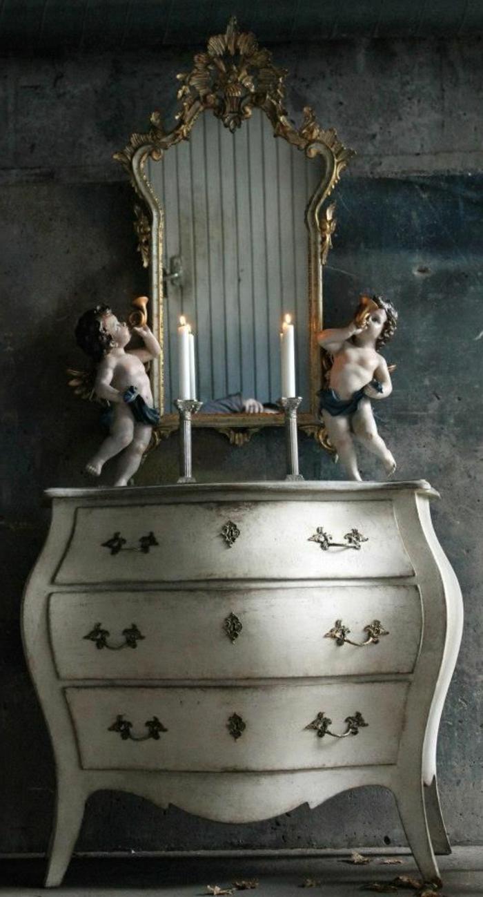 Barock-möbel-weiße-Kommode-Kerzen-Porzellan-Figurinnen