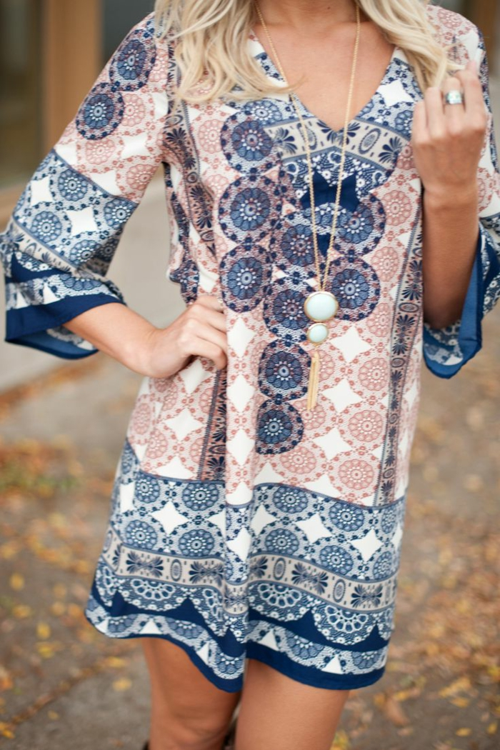 Boho-style-Kleid-kurz-lange-Ärmel-weiße-Kette