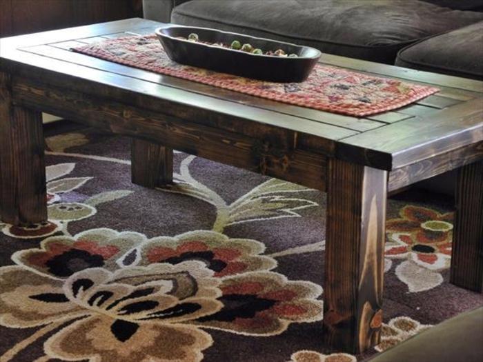 Couchtisch-aus-Holz-bunt-teppich-rustik