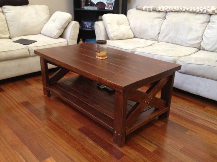 Couchtisch-aus-Holz-weiße-sofas