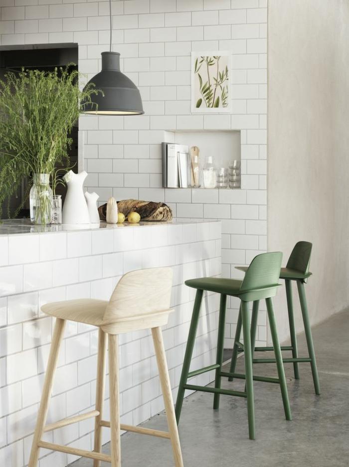 Designer-Stühle-grün-beige-Ziegelwand-industrielle-Lampe-schlichtes-Interieur
