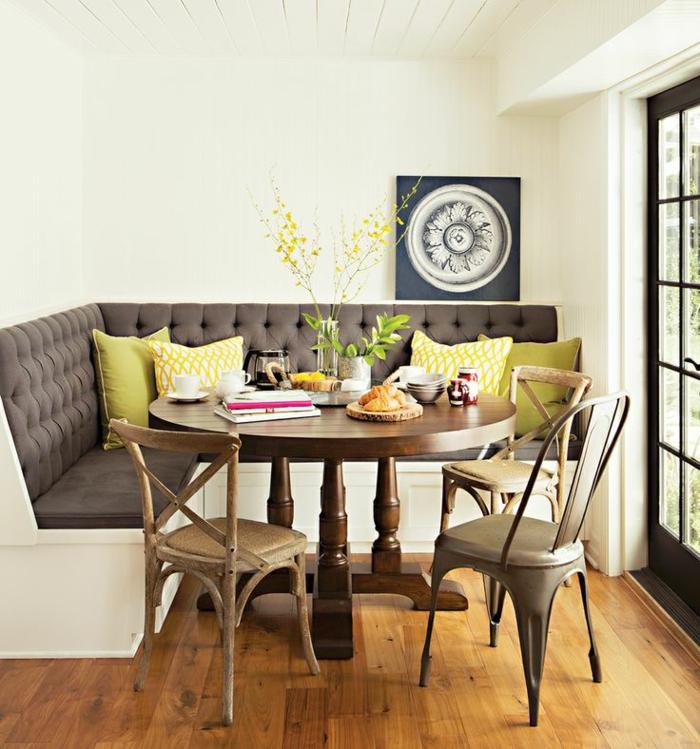 Ecksofa-vintage-Esstischstühle-runder-Tisch-Kissen-frische-Farben-Frühlingsblumen-Bild-Boho-Stil