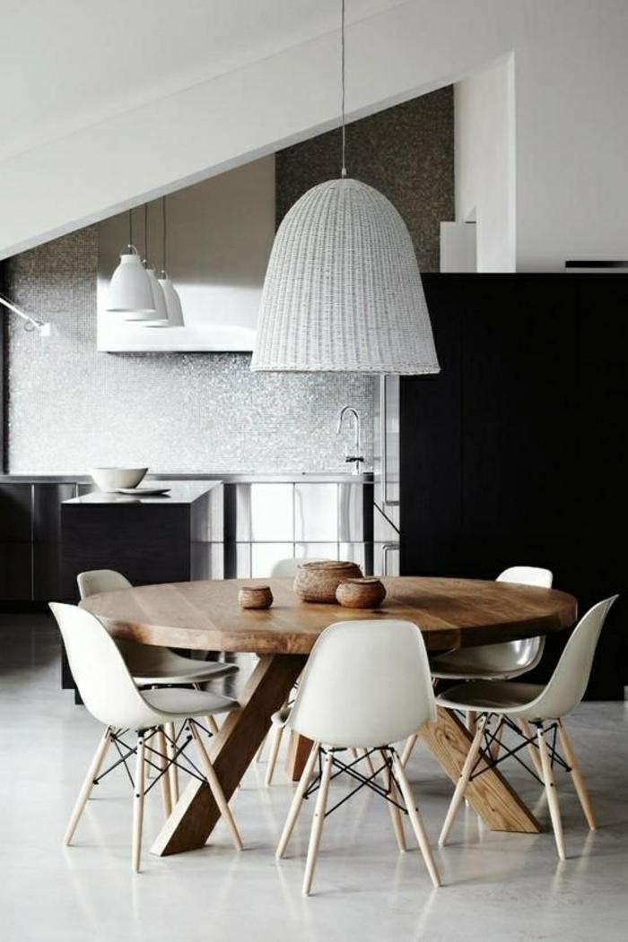 Esszimmer-Dachschräge-runder-Tisch-Massivholz-weiße-Leuchten