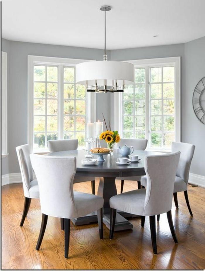 Esszimmer-elegante-Gestaltung-feine-Möbelstücke-Sonnenblumen