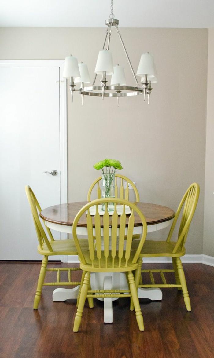 Esszimmer-runder-Tisch-Stühle-Senf-Farbe-vintage-gemütlich