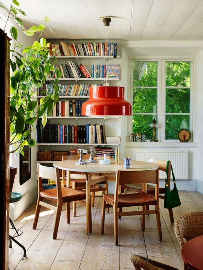 Esszimmer-runder-Tisch-große-rote-Lampe-Bücherwand