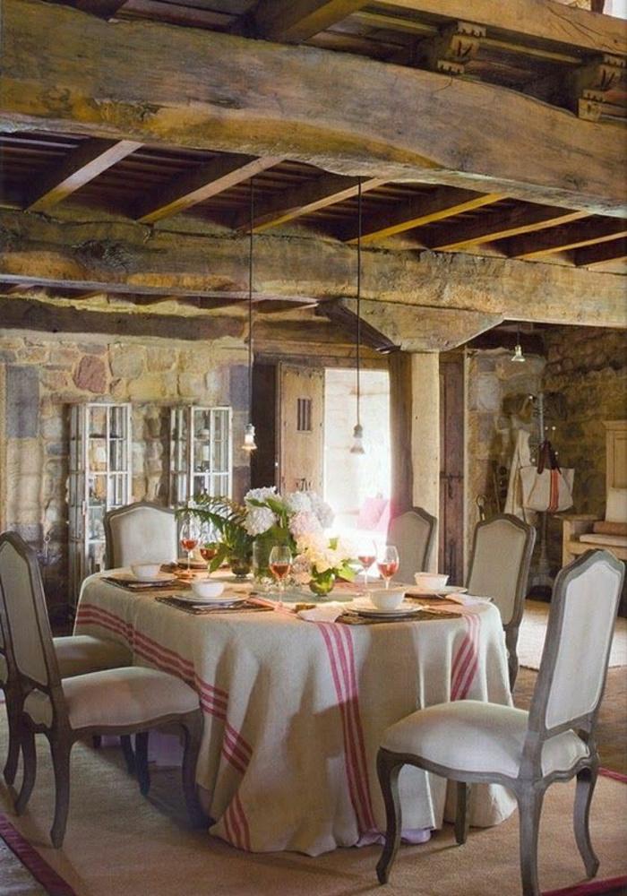 Esszimmer-rustikaler-Stil-Holz-Stein-Materialien-Tischdecke-naturales-Leinen-schöne-Tischdeko