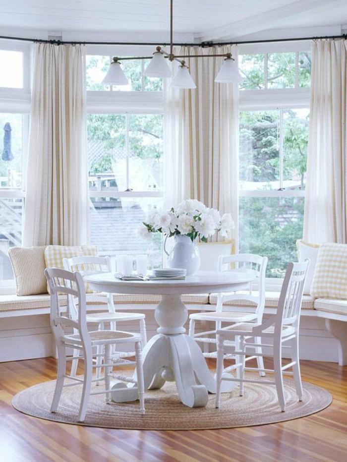 Frühstück-Tisch-Stühle-weiß-Blumen-Gardinen-romantisch-kokett-gemütlich