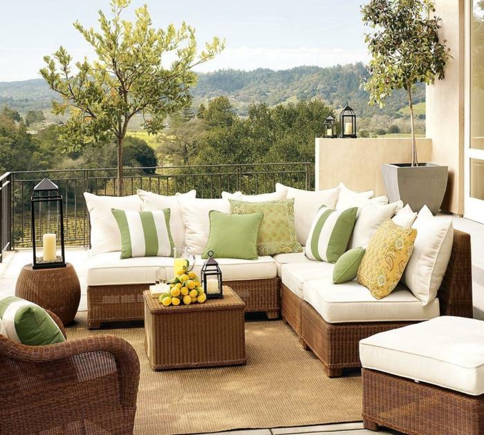 Garten-Veranda-Rattanmöbel-weiße-Polster-bunte-Kissen-Laternen-Zitronen