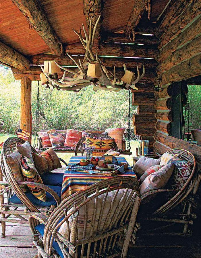 Garten-Veranda-rustikale-Gestaltung-Möbel-Holz-Geweih-Kronleuchter