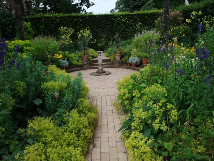 Garten-englisches-Design-Blumen-Büsche-Blumentöpfe
