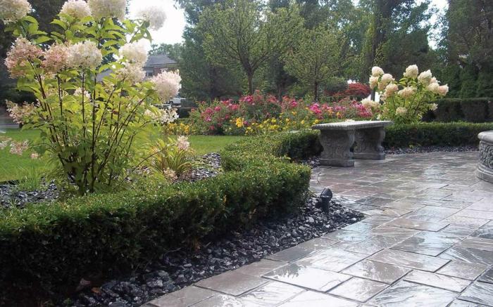 Garten-englisches-Design-antike-Bank-Blumen