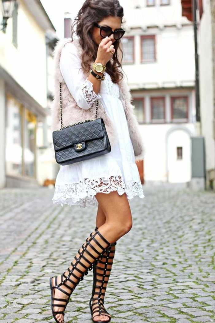 Gladiator-Sandalen-Chanel-Tasche-schwarz-kurzes-weißes-böhmisches-Kleid