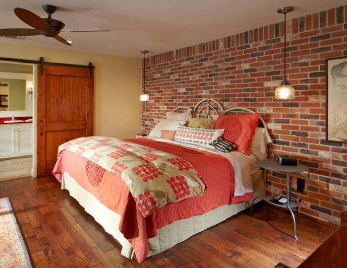 Großes-Bett-bunt-ziegel-wand-