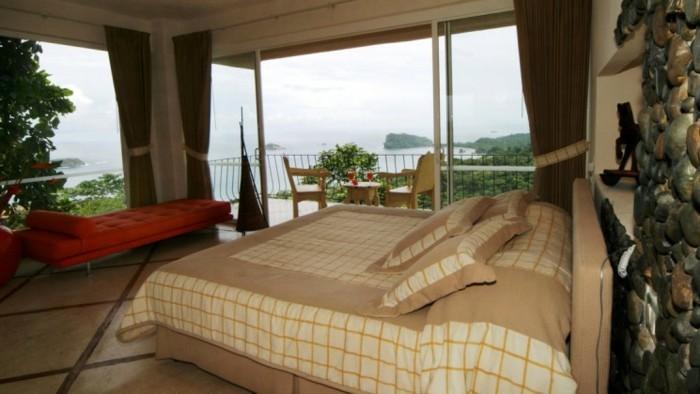 Großes-Bett-cremig-und-beige