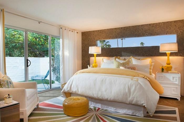 Großes-Bett-garten-bunt-teppich-weiß-nachttische