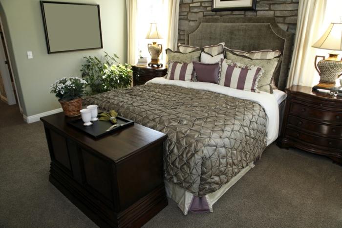 Großes-Bett-graue-polster