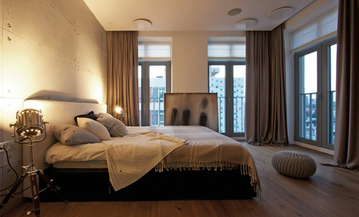 Großes-Bett-große-gardinen-viele-fenster