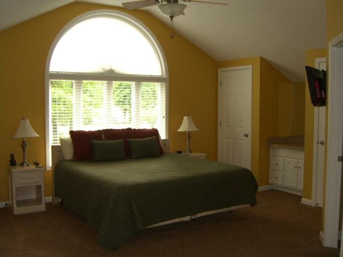 Großes-Bett-großes-Fenster-gelb