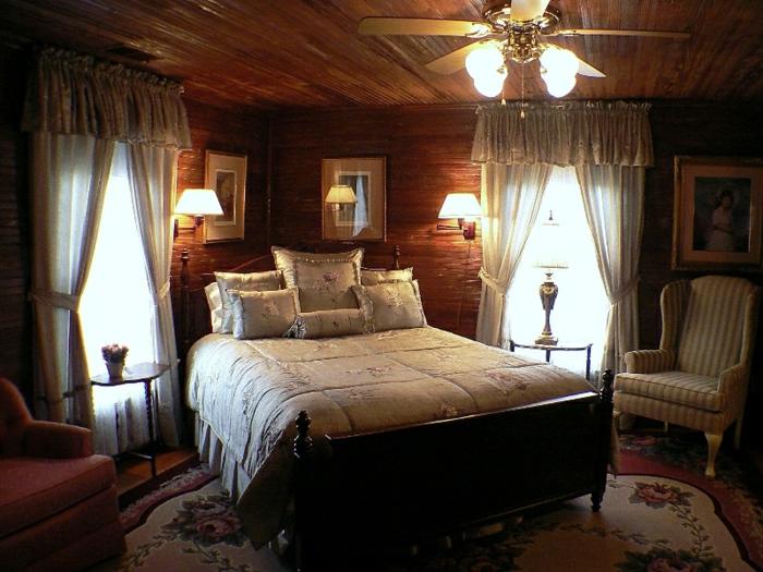 Großes-Bett-landhaus-deckenventilator