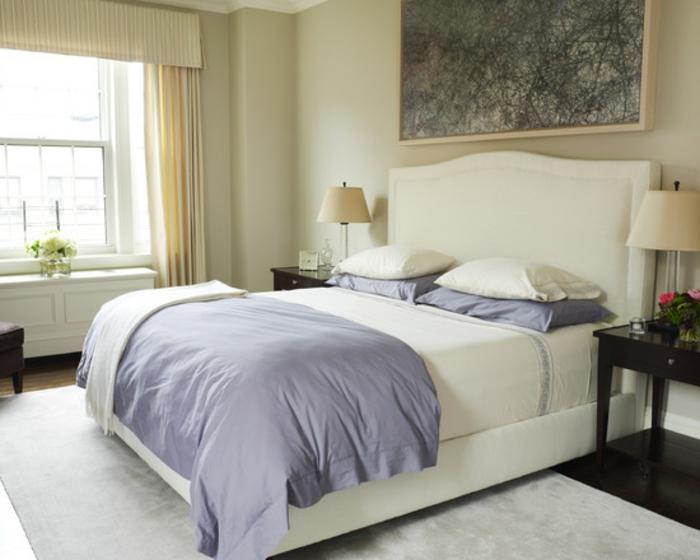 Großes-Bett-lila-bettdecke-kissenbezug-weiß
